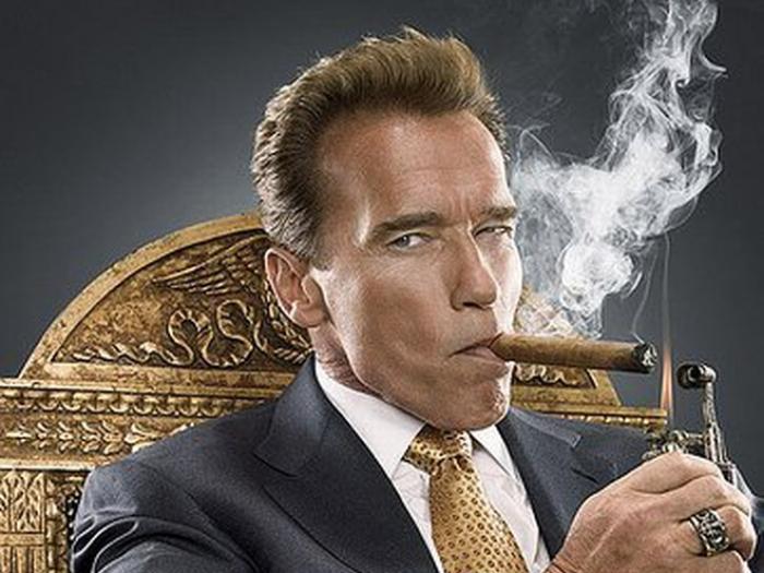 Шварценеггер курит сигары