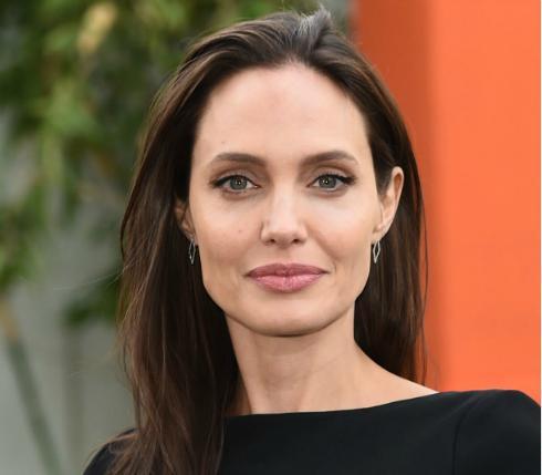 Анджелина Джоли рассказала об отношениях с Питтом'Мы всегда останемся семьёй